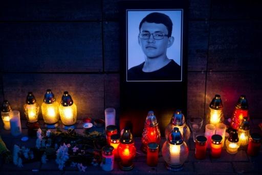Des bougies et un portrait du journaliste slovaque assassiné Jan Kuciak devant le bureau d'Aktuality à Bratislava, le 26 février 2018 © VLADIMIR SIMICEK AFP