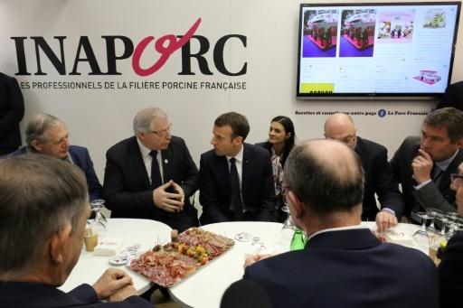 Le président Emmanuel Macron rencontre des représentants de l'industrie porcine lors de sa visite au salon international  de l'Agriculture, le 24 février 2018  © ludovic MARIN POOL/AFP