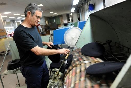 Un homme travaille à la fabrication de bérets, dans l'usine Laulhère, à Olon Sainte-Marie, dans les Pyrénées-Atlantiques, le 19 mai 2016 © IROZ GAIZKA AFP/Archives