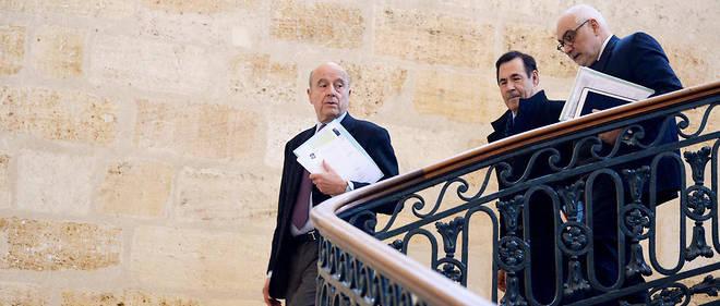 Pack. Alain Juppé, Didier Cazabonne, l'unde ses adjoints, etLudovic Martinez, son directeur de cabinet, serendent auconseil municipal, à la mairie de Bordeaux, le 26 février.