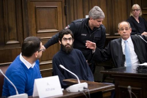 Ahmad Alhaw lors de son procès à Hambourg, au côté de son avocat (d) et d'un traducteur, le 12 janvier 2018 © Christian Charisius POOL/AFP