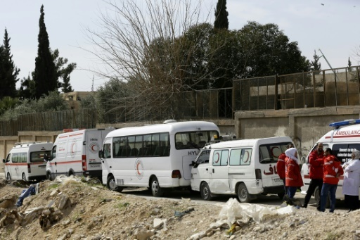 Des ambulances du Croissant rouge syrien attendent une éventuelle évacuation de blessés de l'enclave rebelle dans la Ghouta orientale, au passage d'Al-Wafidine, le 1er mars 2018 © LOUAI BESHARA AFP
