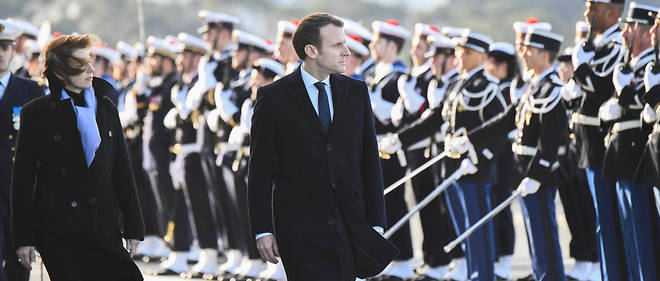Emmanuel Macron et sa ministre de la Défense, Florence Parly, sur la base de Toulon le 19 janvier 2018 (Photo d'illustration).