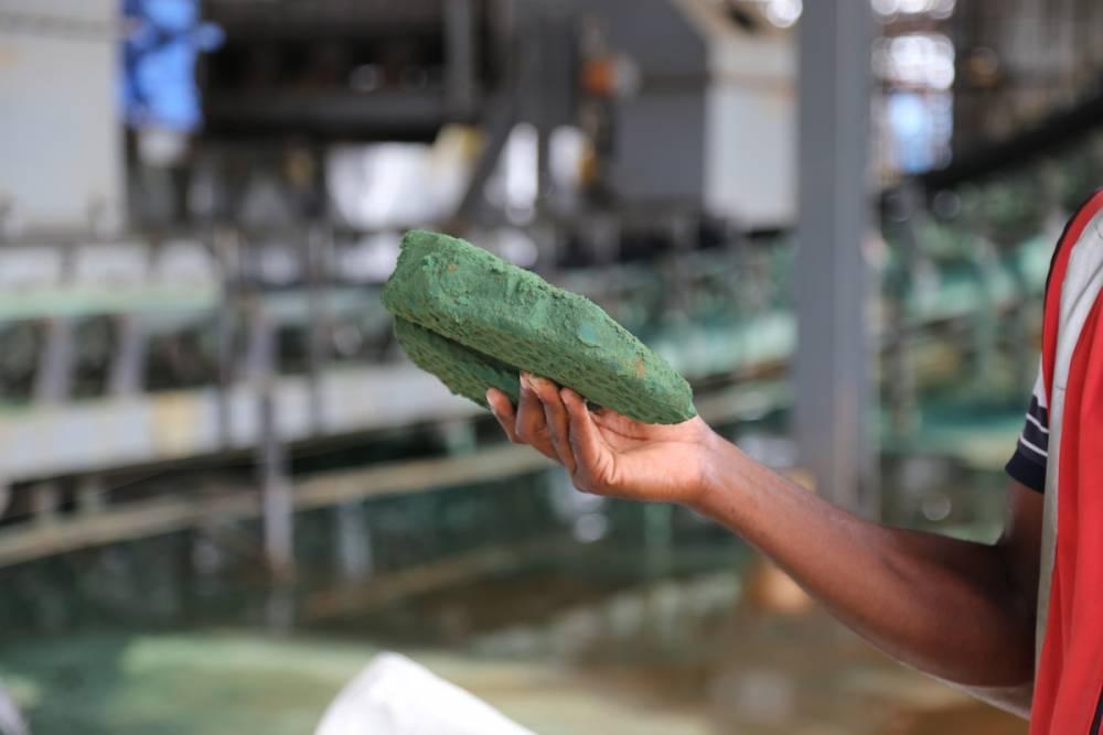 Le cobalt brut est observé après une première transformation dans une usine de Lubumbashi le 16 février 2018.  ©  AFP/Samir Tounsi