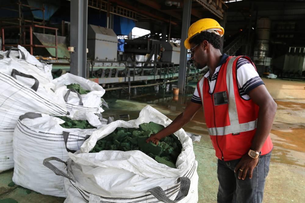 Une personne tient un morceau de cobalt brut après une première transformation dans une usine de Lubumbashi le 16 février 2018, avant d'être exportée, principalement vers la Chine, pour être affinée. ©  AFP/ Samir Tounsi