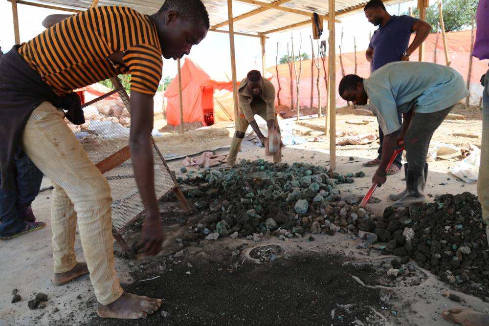 Des mineurs artisanaux font le tri des minéraux sur la route entre Kolwezi et Lubumbashi, le 15 février 2018. ©  AFP/Samir Tounsi
