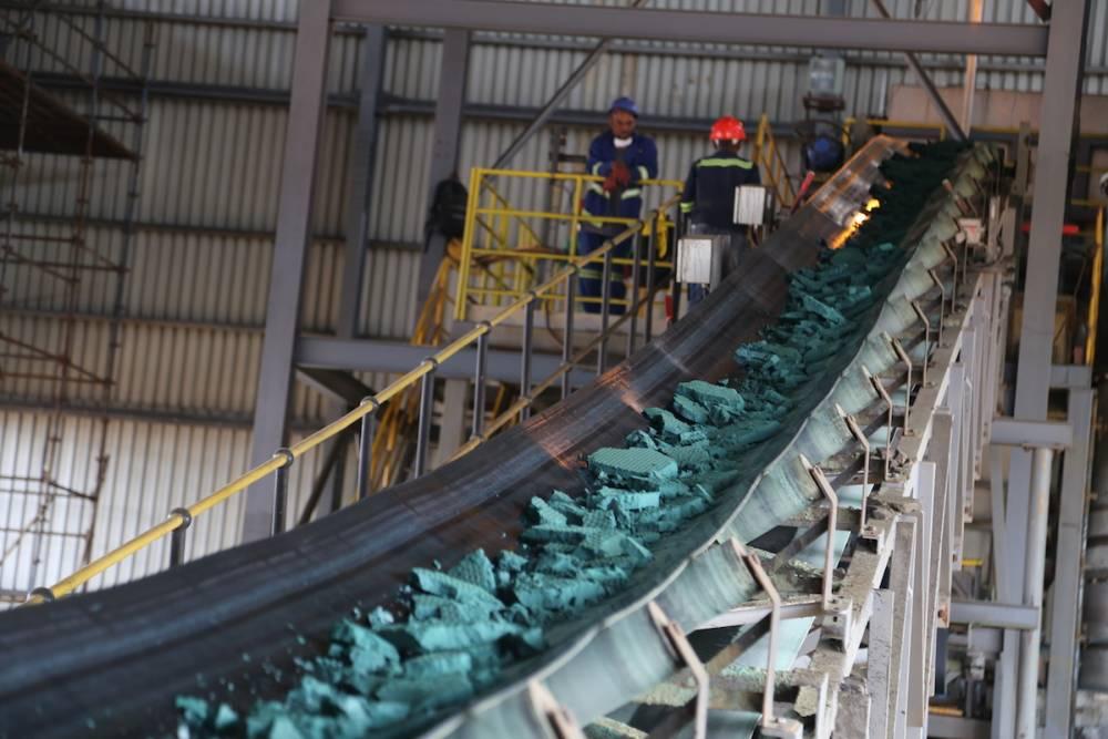 Une bande transporteuse achemine des morceaux de cobalt brut après une première transformation dans une usine de Lubumbashi le 16 février 2018, avant d'être exportée, principalement vers la Chine, pour être affinée.  ©  AFP/Samir Tounsi