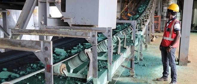 Février 2018 : un ouvrier surveille du cobalt ayant subi une première transformation dans une usine de Lubumbashi.