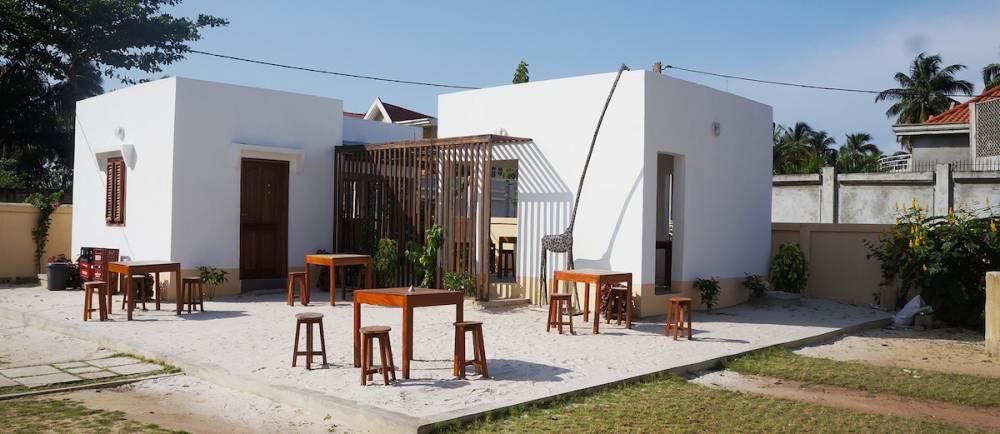 Vue sur deux pavillons indépendants du Centre des arts et cultures de Lobozounkpa.  ©  Le Centre