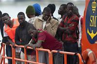 Un groupe de migrants arrivant sur la côte sud de l'Espagne en octobre 2016 après une traversée de la Méditerranée sur un bateau gonflable.  ©JORGE GUERRERO