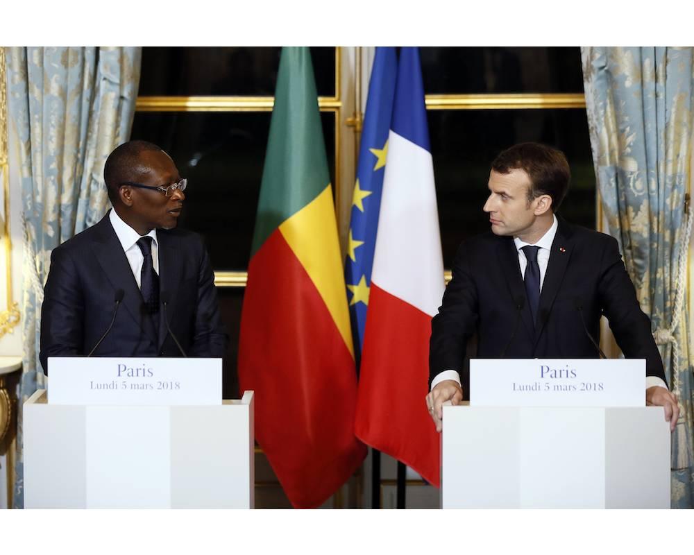 La rencontre entre les présidents Talon et Macron a été l'occasion d'avancer dans le dossier de la restitution des oeuvres d'art africaines avec la nominations de deux personnalités culturelles de premier plan : Bénédicte Savoy et Felwine Sarr. ©  ETIENNE LAURENT / POOL / AFP