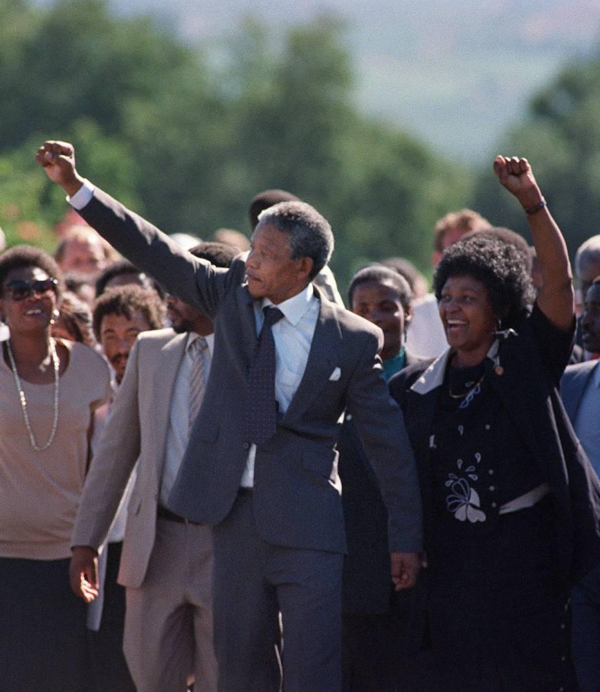 Nelson Mandela (C) et sa femme Winnie marchant côte à côte le 11 février 1990 après la ibération du leader de l'ANC.  ©  AFP/Alexander Joe