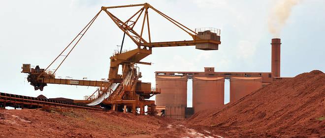 """La Guinée est considérée comme un """"scandale géologique"""". Ici, un gisement de bauxite et le matériel pour l'extraire. Sous d'autres cieux, """"matières premières"""" rime avec conflits et désordre d'où le qualificatif de """"malédiction""""."""