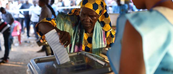 Une femme a voté lors des élections générales, le 7 mars, dans un bureau de vote à Freetown.