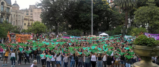 Le foulard vert est l'emblème de la lutte pour la légalisation de l'IVG. Les manifestations se sont multipliées, provoquant le revirement du président Mauricio Macri, hostile à la légalisation, mais qui a accepté que le sujet soit débattu au Parlement.