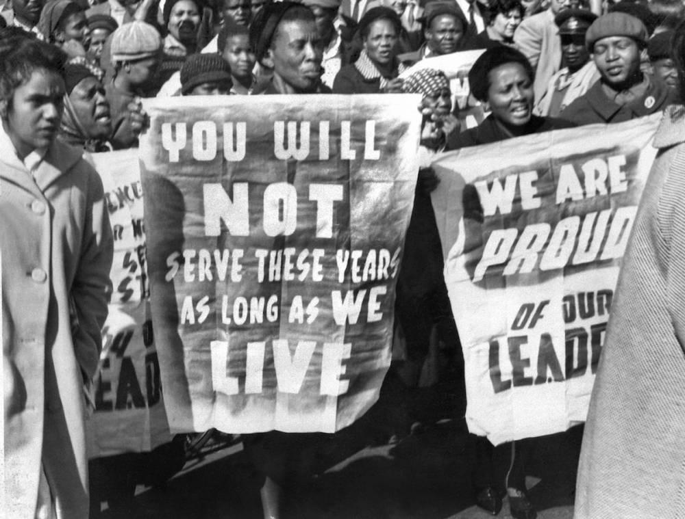 Des femmes africaines manifestent devant le palais de justice à Pretoria, le 12 juin 1964, après le verdict du procès de Rivonia, dans lequel huit hommes, dont Nelson Mandela, dirigeant antiapartheid et membre du Congrès national africain (ANC), ont été condamnés à la prison à vie. © - AFP/Bio Mandela