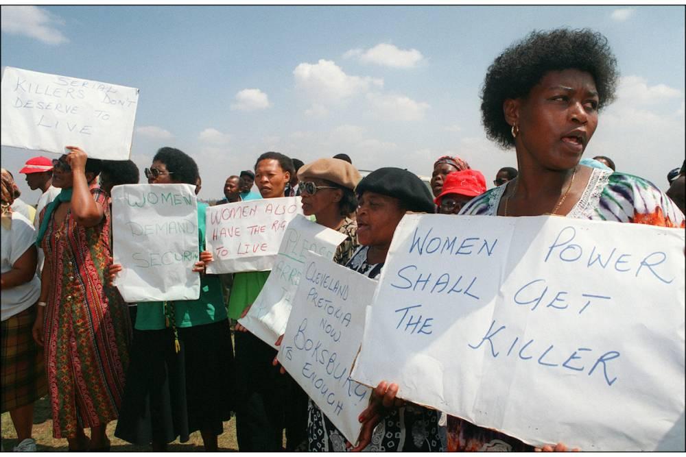 Les femmes du Congrès national africain (ANC) manifestent durant la visite du président Nelson Mandela après une série de meurtres en série à Boksburg, à l'est de Johannesburg, le 21 septembre 1995. ©  AFP/Gary Bernard