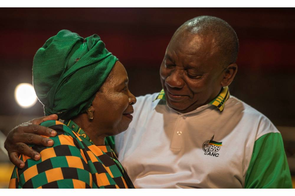 Le nouveau président élu du Congrès national africain (ANC) et actuel vice-président sud-africain Cyril Ramaphosa est félicité par Nkosazana Dlamini-Zuma lors de la 54e conférence de l'ANC à Johannesburg le 18 décembre 2017. ©  AFP/Mujahid Safodien
