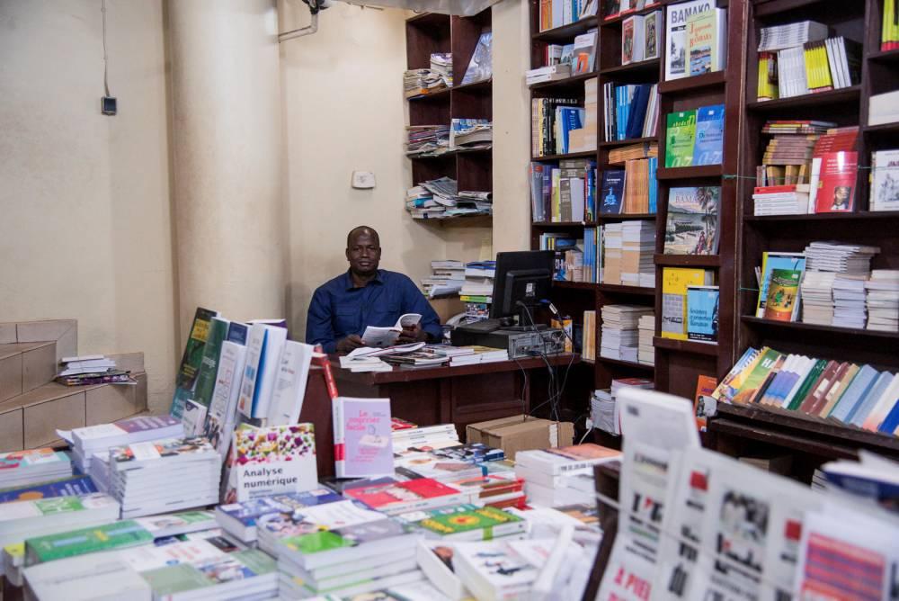 Mamadou Bah au coeur de sa librairie de Bamako.  ©  Nicolas Remene / REA