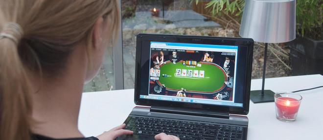 Une femme joue au poker en ligne.