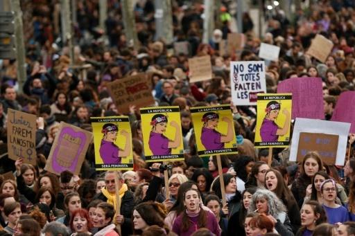 Des milliers de personnes descendent dans la rue à Barcelone, le 8 mars 2018, lors d'une grève générale sans précédent pour défendre les droits des femmes © Pau Barrena AFP