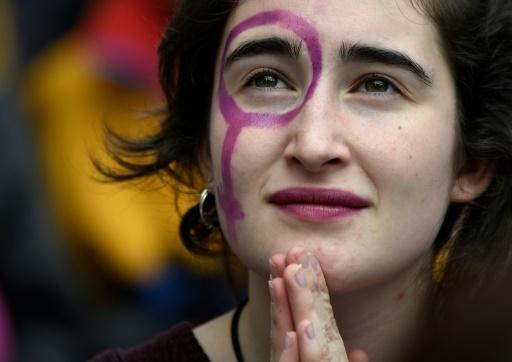 Une manifestante à Barcelone, le 8 mars 2018 © LLUIS GENE                           AFP