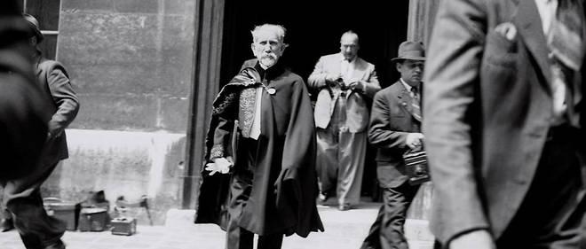 L'écrivain et homme politique Charles Maurras (1868-1952), en habit d'académicien, sort de l'Institut de France, le 8 juin 1939.
