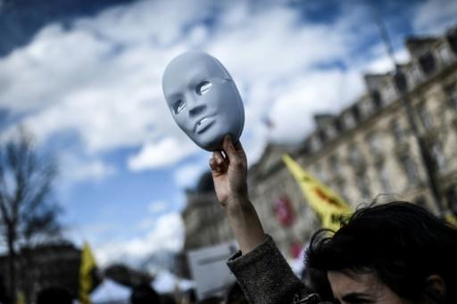 """Manifestation à l'appel du réseau""""Sortir du nucléaire"""", sept ans après la catastrophe de Fukushima, le 11 mars 2018 à Paris © STEPHANE DE SAKUTIN AFP"""
