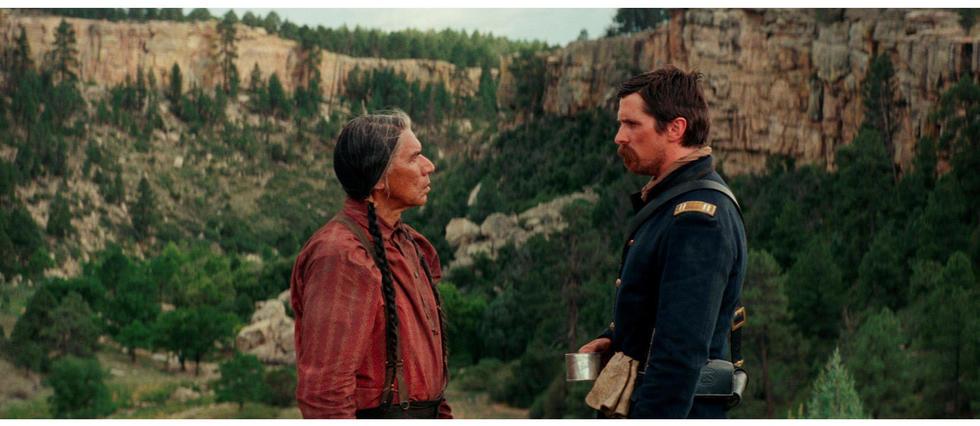 <p>Le chef cheyenne canc&#233;reux Yellow Hawk (Wes Studi) et le capitaine Joseph Blocker (Christian Bale) dans Hostiles : les ennemis jur&#233;s vont devoir apprendre &#224; s'entraider au fil d'un p&#233;riple long et mortellement dangereux &#224; travers l'Ouest am&#233;ricain.</p>