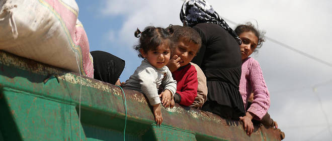 Des civils syriens fuient Afrine après l'encerclement de la ville par les Turcs, le 1er mars 2018.