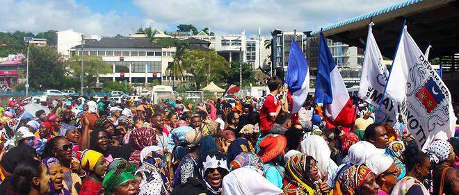 Des manifestants sur la place de la République à Mamoudzou, à Mayotte, le 13 mars 2018.
