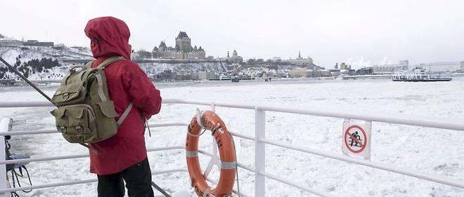 Le fleuve Saint-Laurent recouvert de glace à Québec. (Illustration.)