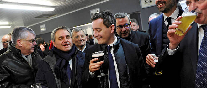 Populaire.L'ancien député du Nord (au centre) accompagne le Premier ministre (à dr.) le 22février, lors d'une visite dans les Hauts-de-France, larégion de Xavier Bertrand (à g.).
