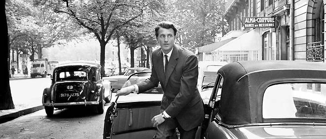 Chic. Hubert de Givenchy devant sa maison de couture, avenue George-V, à Paris, en 1961.