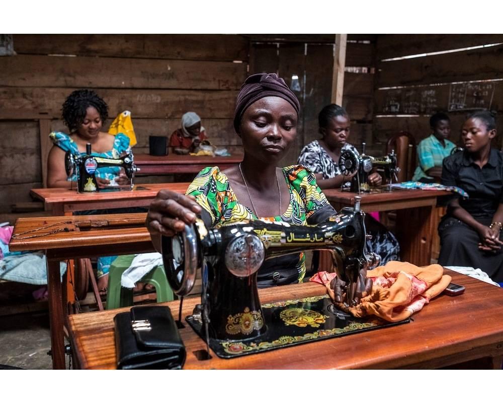 La couture a souvent été le premier pas pour assurer une certaine autonomie financière. Ici, des femmes dans un centre de couture à Butembo, dans le Nord-Kivu, en RD Congo.  ©  EDUARDO SOTERAS / AFP