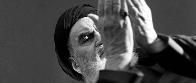 L'ayatollah Khomeiny en décembre 78 à Neauphle-le-Château en région parisienne. Soutenu par la gauche dans sa lutte contre le Shah d'Iran, il écrasa la gauche iranienne arrivée au pouvoir.