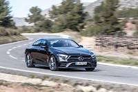 La version AMG de la Mercedes CLS 2018 est identifiable à ses grandes roues et à ses deux barrettes en travers des ouies d'aération.