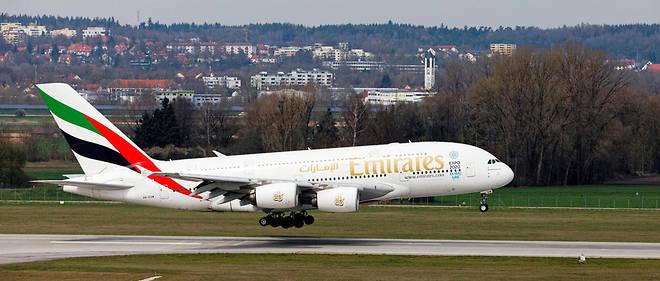 Une hôtesse de l'air de la compagnie Emirates Airlines est morte après avoir chuté d'un avion à l'arrêt. Des sources évoquent un suicide.