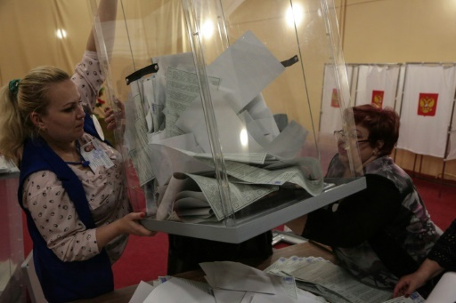 Dépouillement des bulletins de vote, le 18 mars 2018 à Simferopol, en Crimée © STR AFP