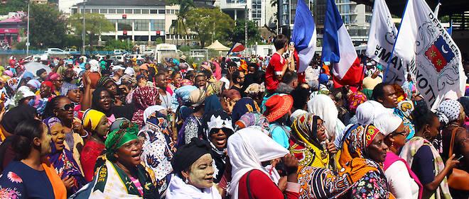 Des manifestants, dont beaucoup de femmes, protestent avec, à la main, les drapeaux français et du département de Mayotte, sur la place de la République le 13 mars 2018. Plus que jamais, la situation est tendue.