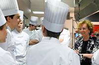"""Aux fourneaux. Muriel Pénicaud, ministre du Travail, rend visite aux élèves de l'école Ferrandi, qui accueillait, le 18 mars, le séminaire du gouvernement.  ©Elodie Gregoire pour """"Le Point"""""""