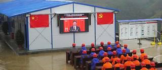 Les ouvriers d'un chantier routier regardent le discours d'ouverture du 19e congrès du PCC le 18 octobre 2017.  ©AP/SIPA