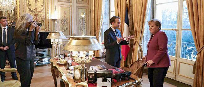 Place pour place. Sousl'œil de laphotographe américaine Annie Leibovitz, Angela Merkel s'apprête à s'installer au bureau d'Emmanuel Macron, à l'Elysée, le 16mars.