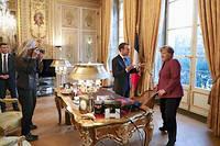 Place pour place. Sousl'œil de laphotographe américaine Annie Leibovitz, Angela Merkel s'apprête à s'installer au bureau d'Emmanuel Macron, à l'Elysée, le 16mars.  ©Ludovic Marin/AP/SIPA