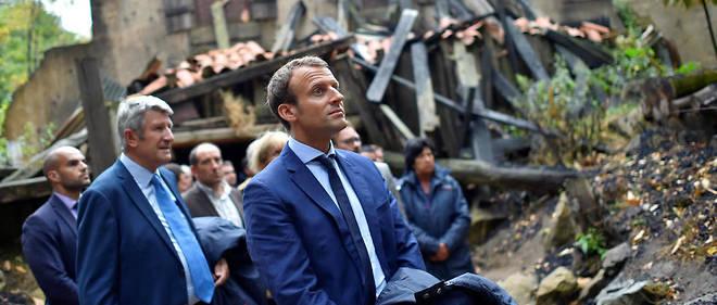 Emmanuel Macron aux côtés de Philippe de Villiers lors de sa visite au Puy du Fou le 19 août 2016.