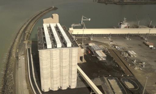 Photo prise le 13 mars 2018 du nouveau silo de céréales du groupe Soufflet au port de La Rochelle © MEHDI FEDOUACH AFP