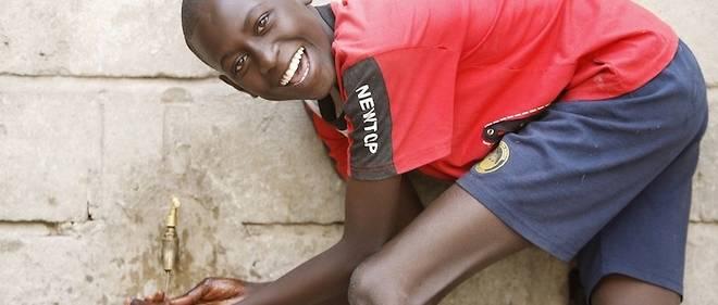 La question de l'eau est cruciale dans des pays africains où les infrastructures sont souvent insuffisantes. Ici, un garçon se lave les mains à un point d'eau.