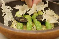 Les asperges vertes de Sylvain Erhardt, mitonnées dans du riz au four par Jean-François Piège, sont un délice sublimé par un œuf mollet écrasé et un ragoût de truffe noire.  ©Pauline Tissot