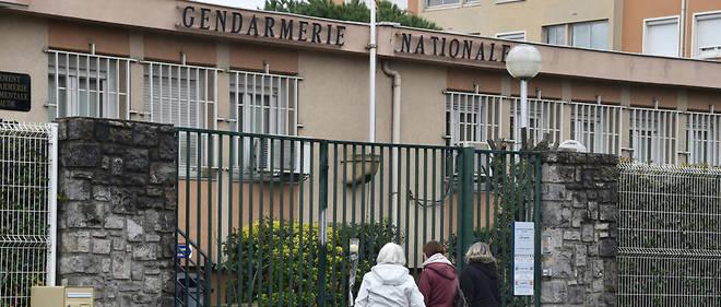 Tout au long de la journée de samedi, des personnes sont venues se recueillir devant la gendarmerie de Carcassonne.