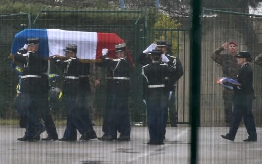 Des gendarmes transportent le cercueil du lieutenant-colonel Arnaud Beltrame vers l'avion qui va le conduire de Carcassonne à Paris, le 27 mars 2018  © PASCAL PAVANI                        AFP